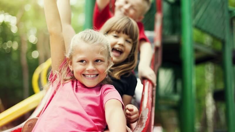 crianças brincando em um playground seguro