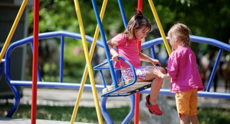 crianças brincando em playground com manutenção em dia