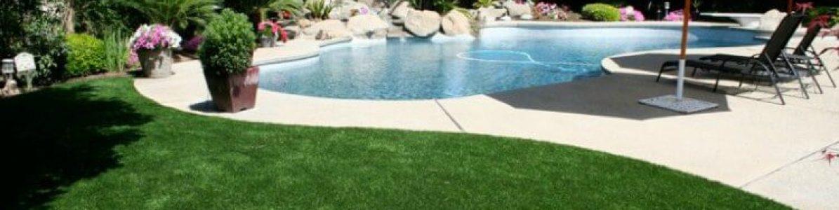 Grama sintética na área da piscina