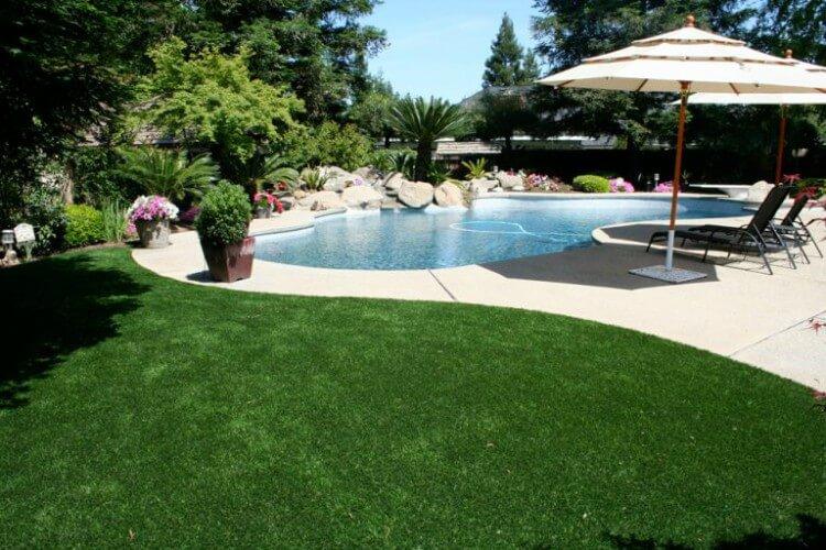 Piscina com o entorno em grama sintética