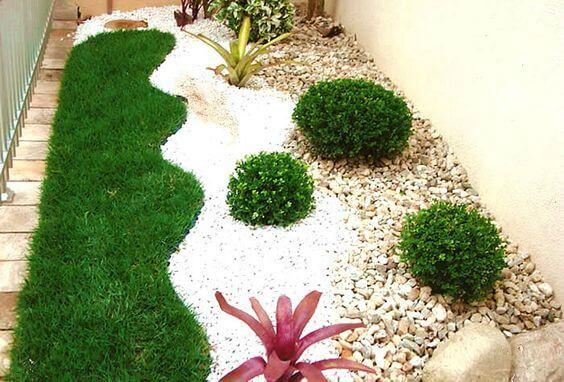 Jardim de inverno com grama sintética e pedrinhas brancas