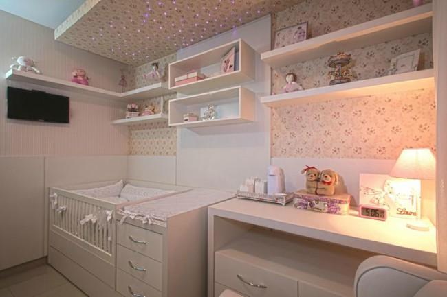 quarto de bebê com prateleiras
