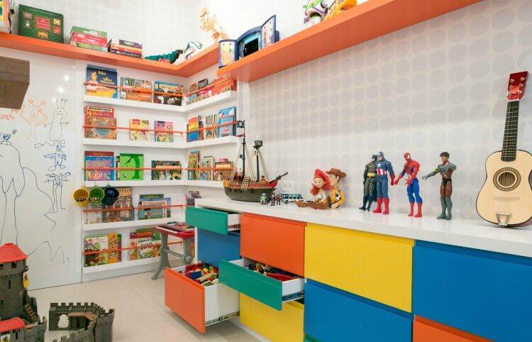 Brinquedoteca infantil com armário colorido e brinquedos