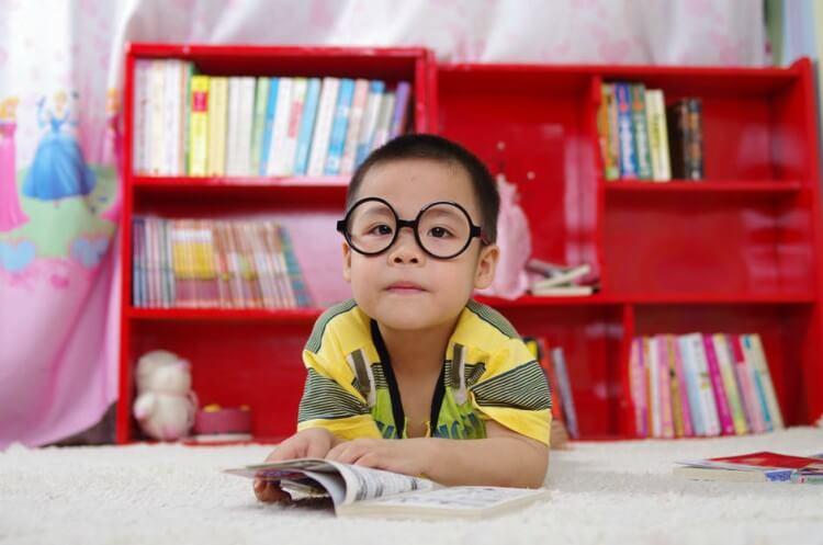 Criança lendo.