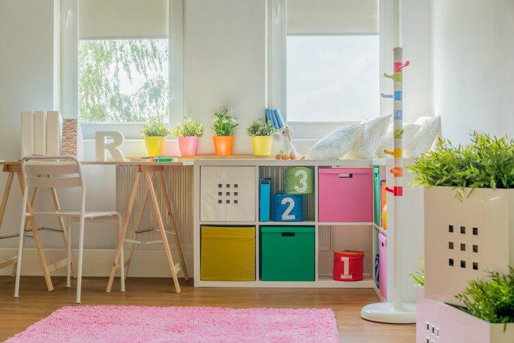 Mesa de estudos infantil apoiada em cavalete de madeira