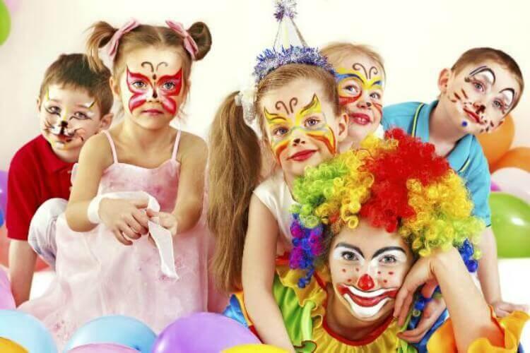 Crianças fantasiadas para o carnaval e palhaço