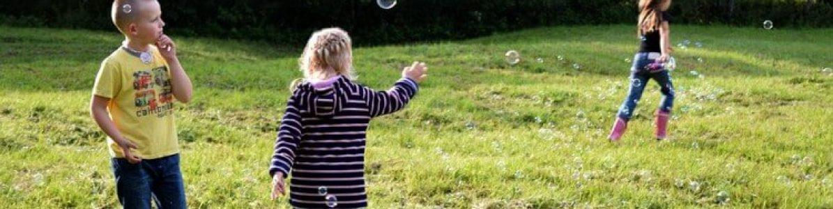 Atividades de férias para crianças: 4 ideias para brincar dentro ou fora de casa