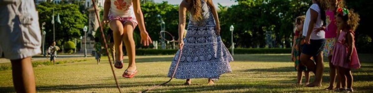 Brincadeiras de cordas: 5 dicas para os pequenos brincarem em grupo