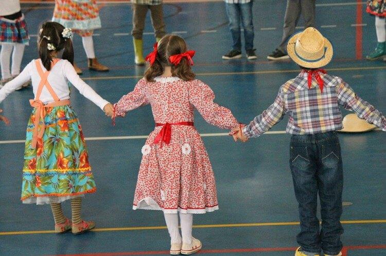 crianças brincando na festa junina