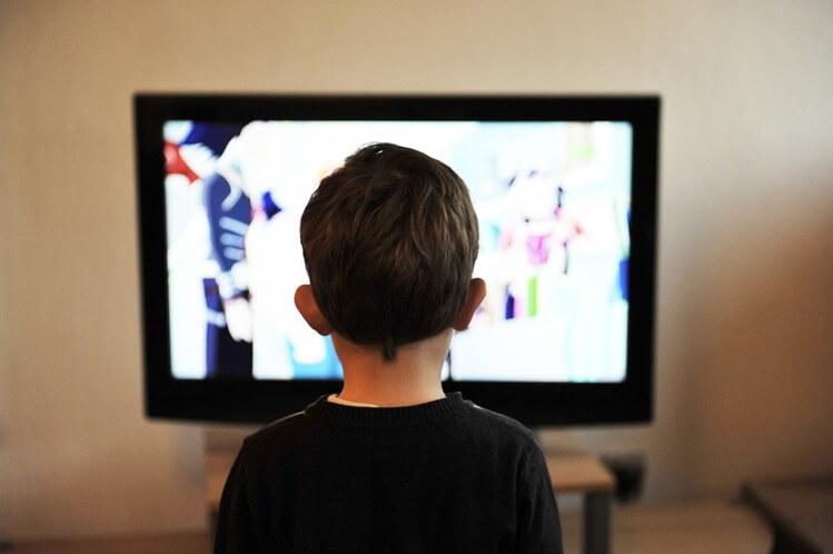 Criança assistindo desenho animado na TV