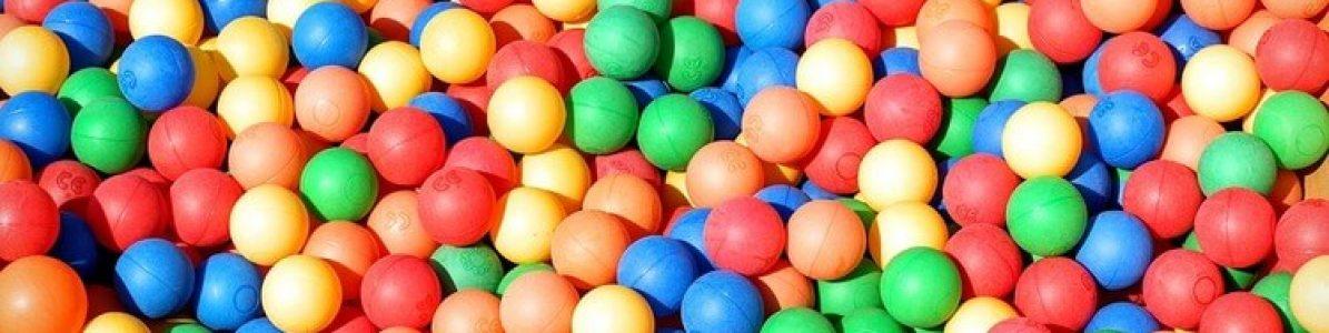 Piscina para playground: bolinhas substituem a água para a diversão das crianças
