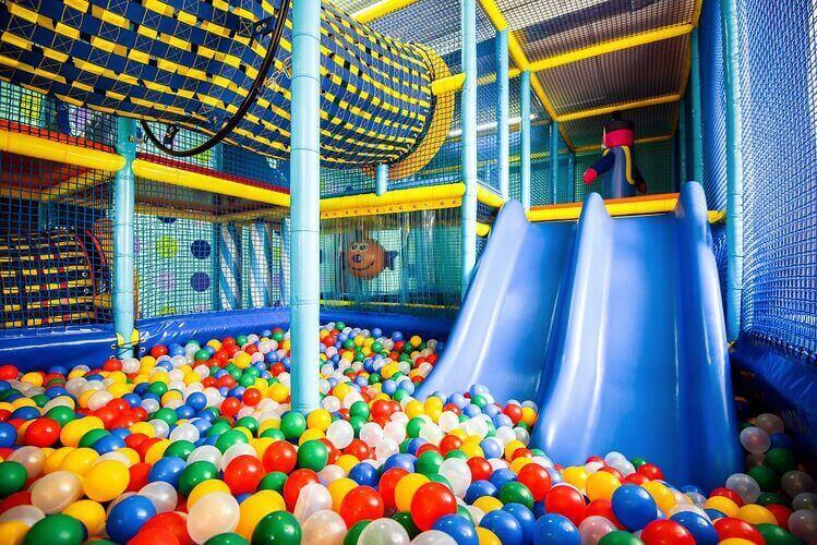 Piscina de bolinhas coloridas com escorregador e túnel para crianças
