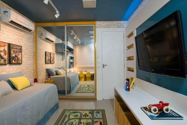 Quarto de menino com sofá-cama, TV e armário