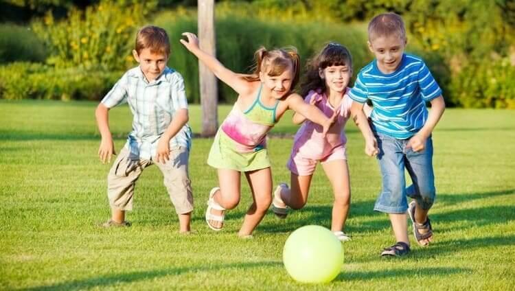 Crianças brincando na colônia de férias