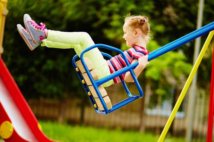 Menina brincando em playground
