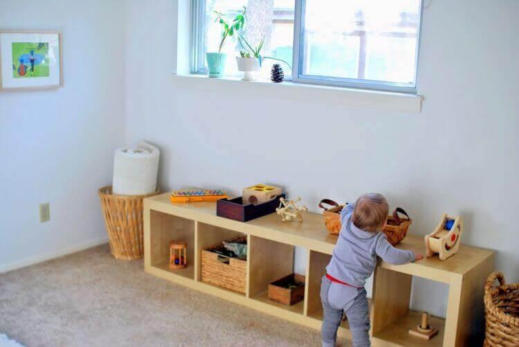 Bebê em espaço adaptado ao método Montessori