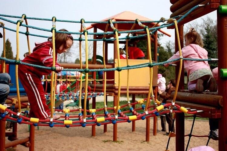 Crianças brincando em playground