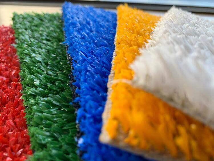 Grama sintética colorida em lâminas