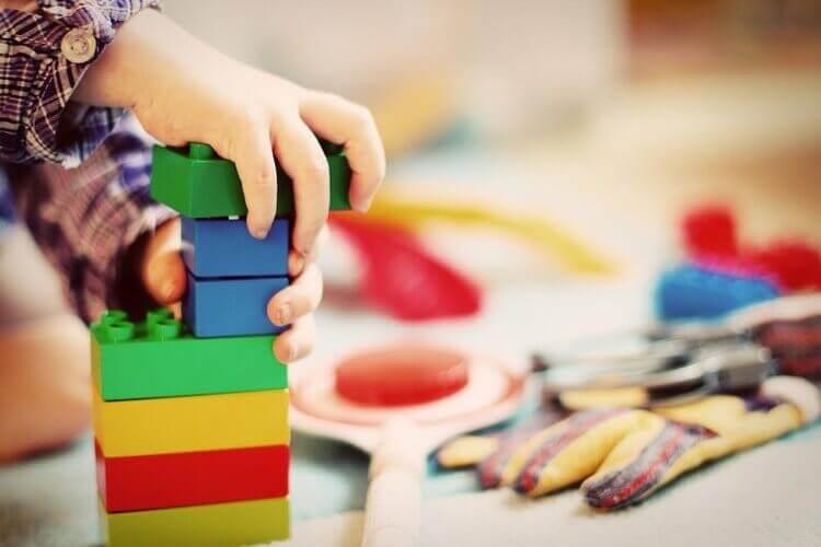 Mão de criança encaixando brinquedo