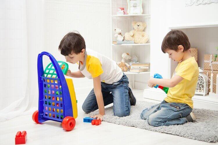 Crianças recolhendo brinquedos no quarto