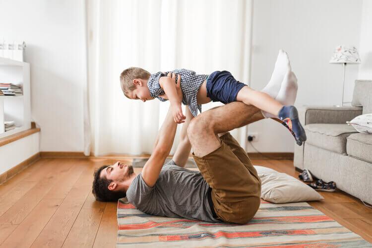 Pai brincando com filho em casa