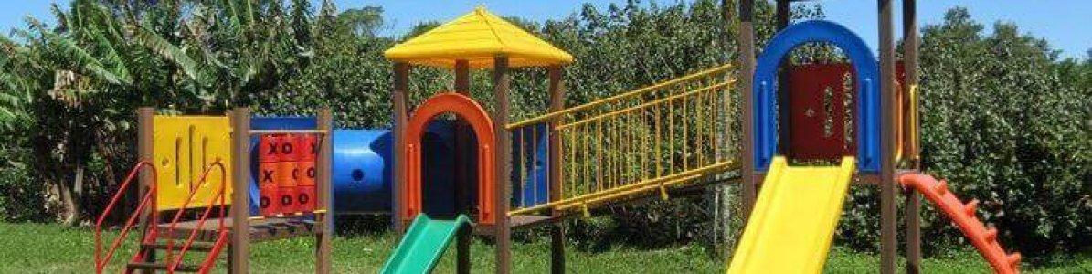 Qual playground é mais seguro para crianças pequenas?