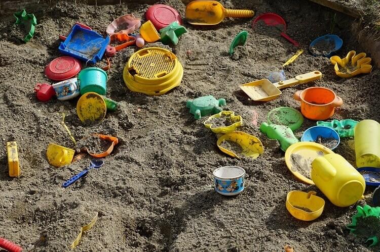 Brincar na areia é uma atividade que as crianças amam!