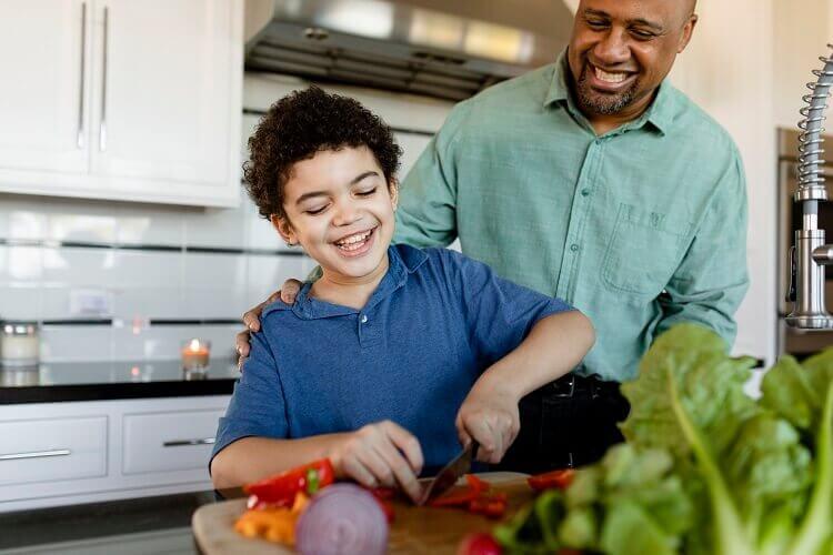 incentive o seu filho a brincar em uma cozinha de criança